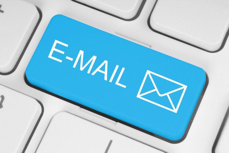 email em representativo de teclado de laptop