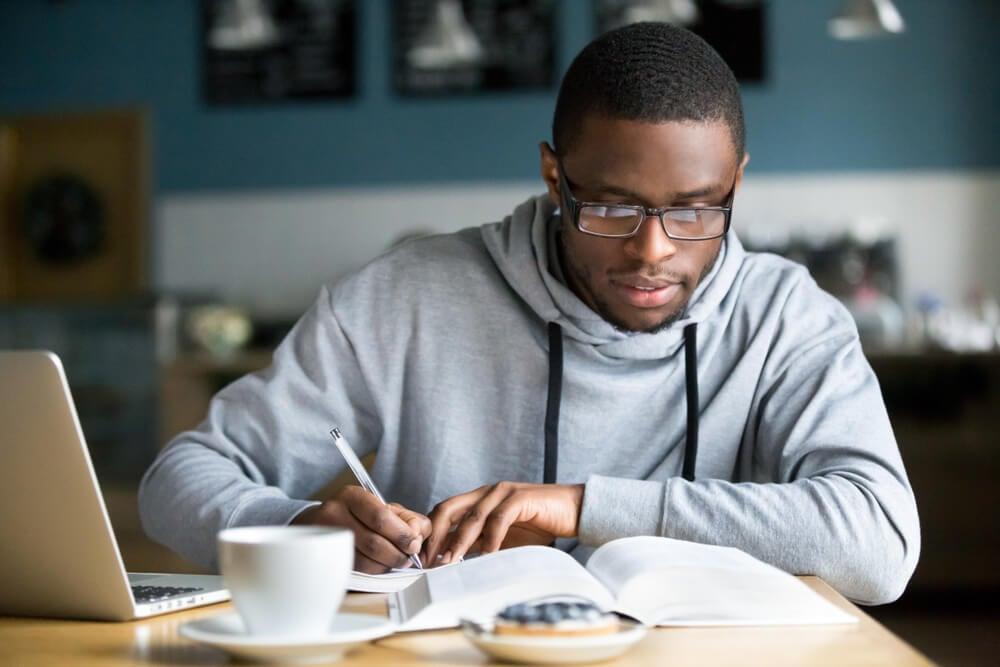 profissional escrevendo em mesa informal