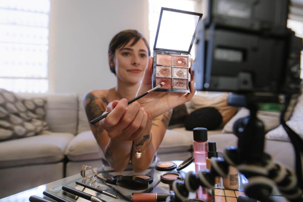 digital influencer da area de maquiagem fazendo videos para o youtube