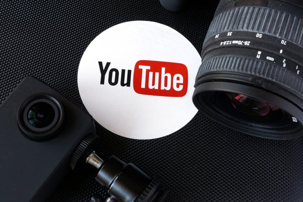 simbolo da empresa youtube em meio a cameras fotograficas
