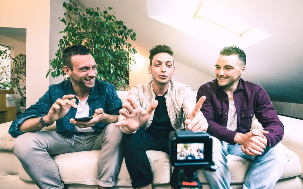 criadores de conteudo do aplicativo youtube fazendo video com parcerias para canal