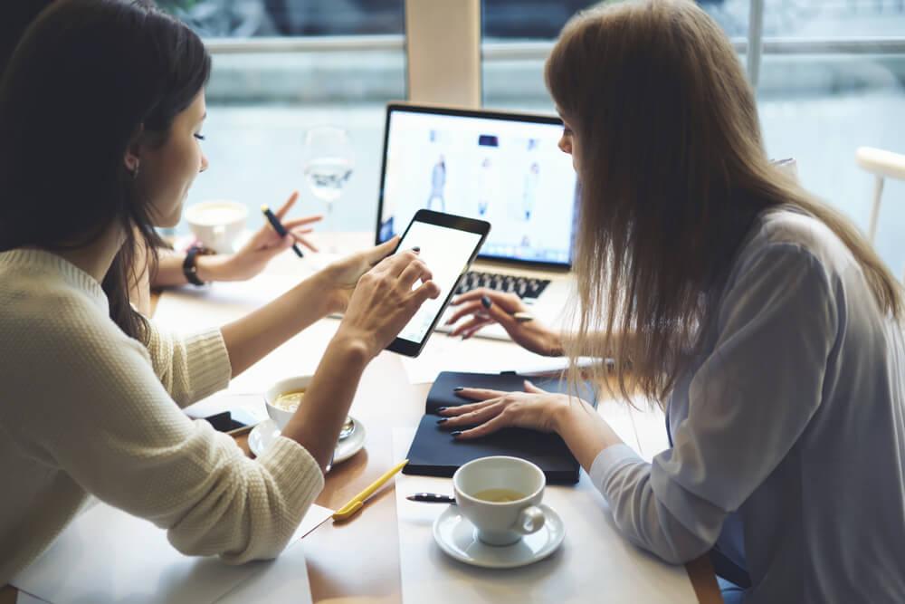dupla de profissionais em processo de criação de layout de site