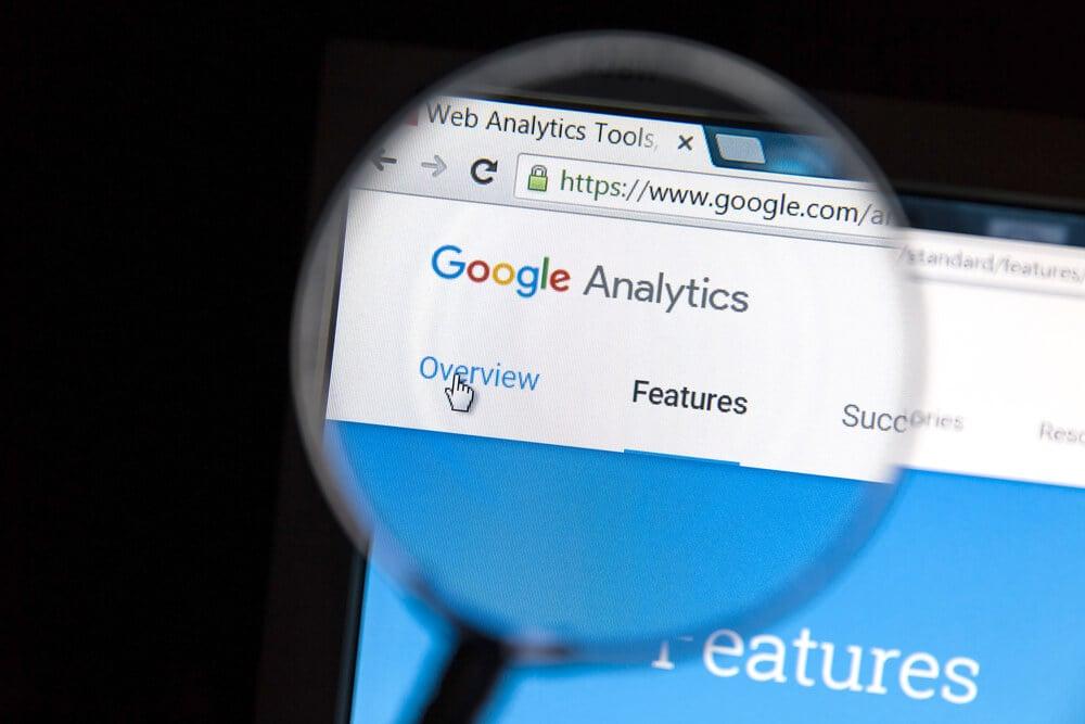 tela do computador com lupa destacando cabeçalho do google analytics