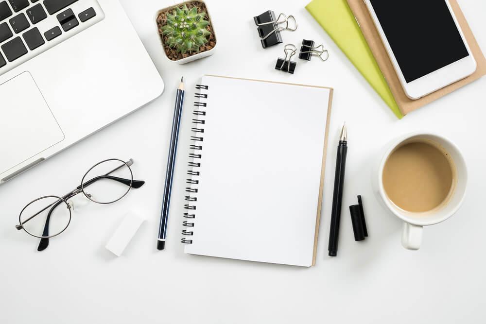 mesa executiva com materiais de escritorio sob a mesma