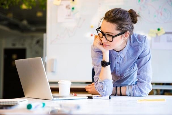 profissional concentrada e calma em frente a laptop