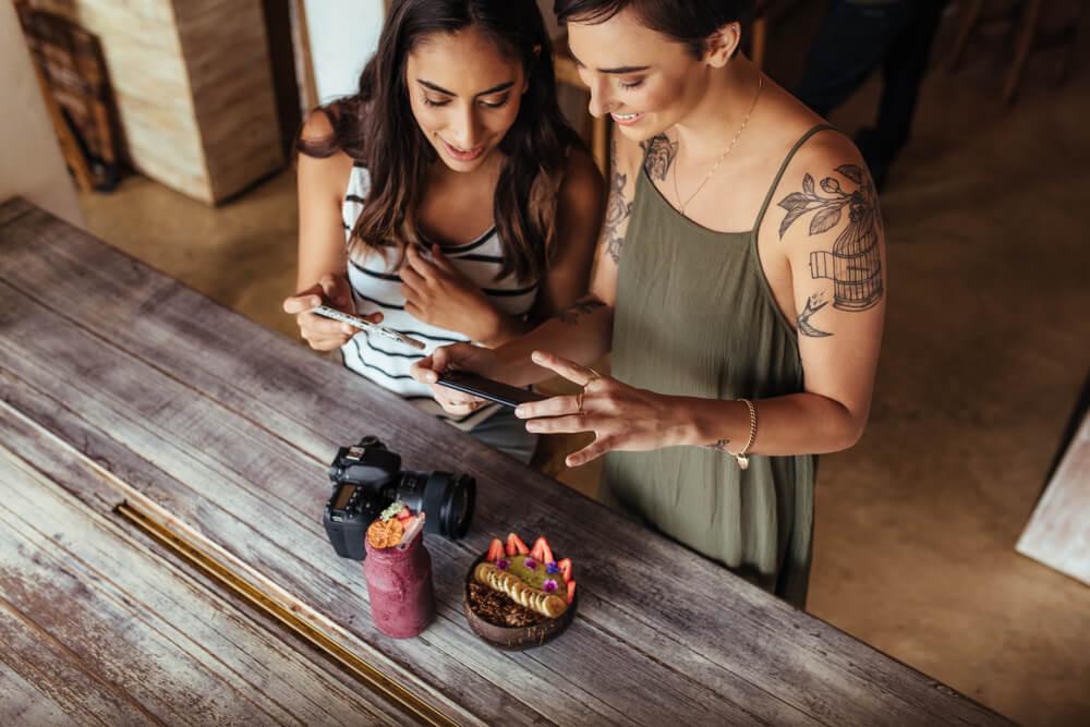 duas mulheres blogueiras
