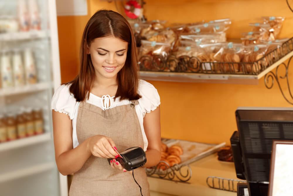 garota e negócio próprio de gastronomia e conveniência