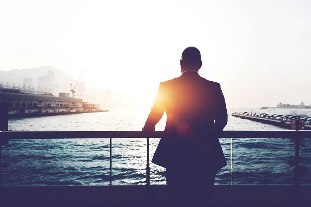 homem executivo observando paisagem