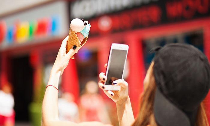 jovem fotografando sorvete com smartphone