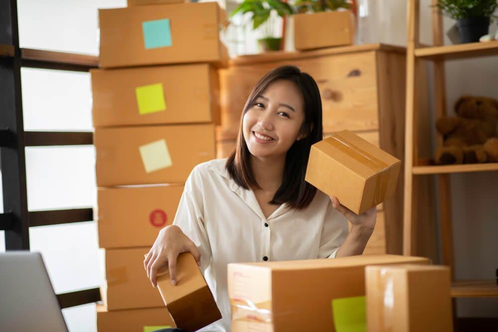 mulher com negócio online