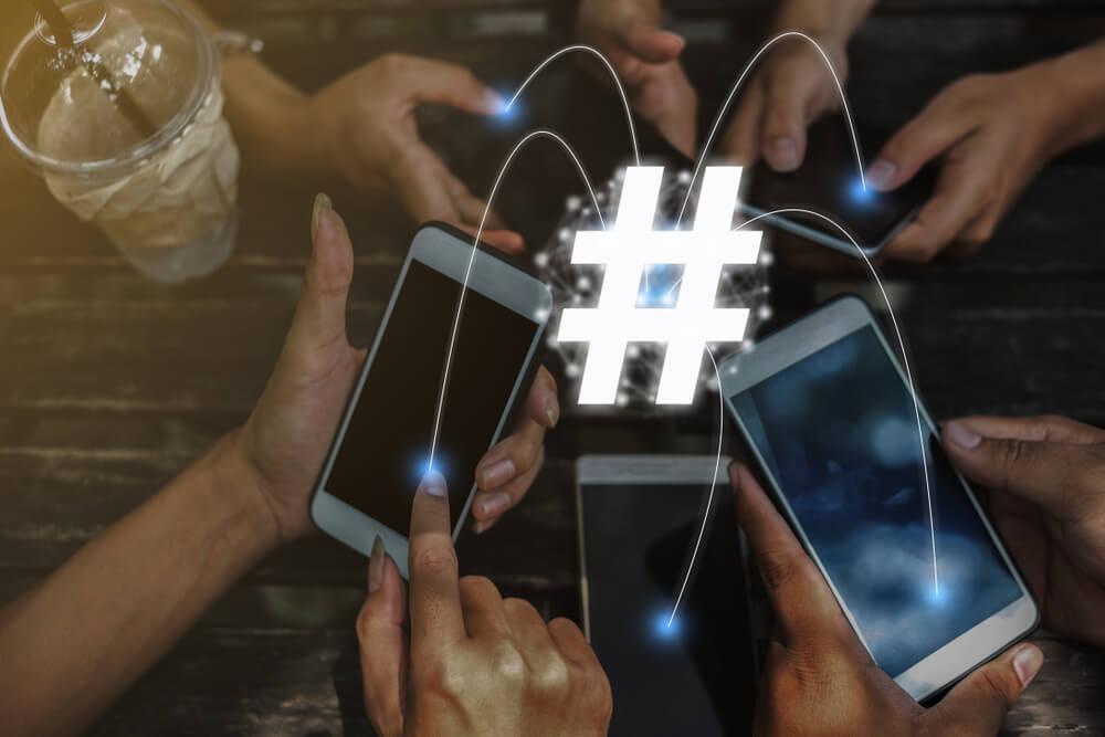 celulares conectados com um simbolo de hashtag ao meio