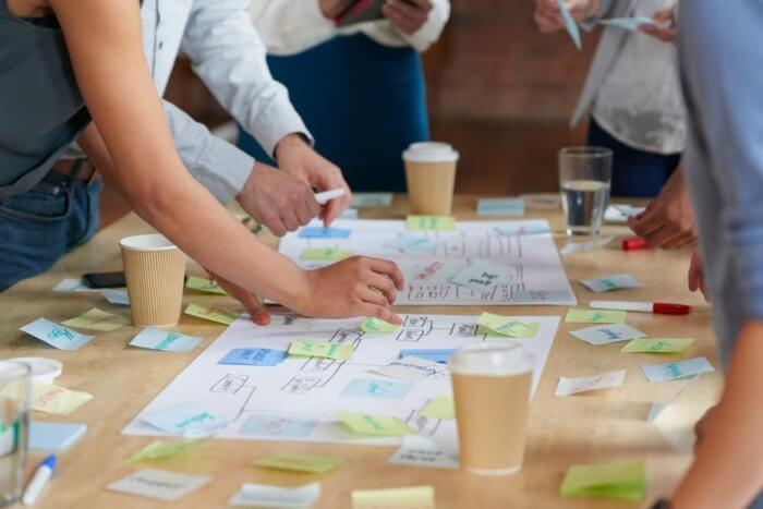 equipe em processo de brainstorming