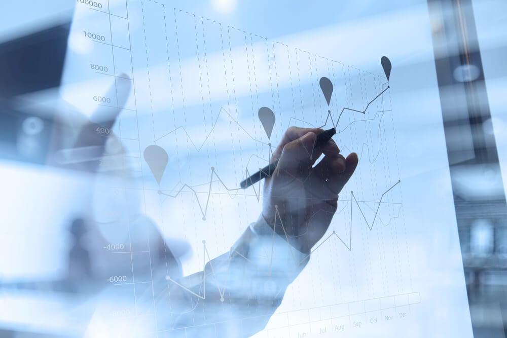 gráficos em quadro de vidro representandovantagem competitiva