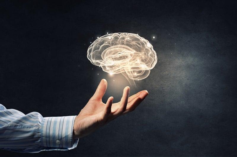 mao com cerebro e fundo preto