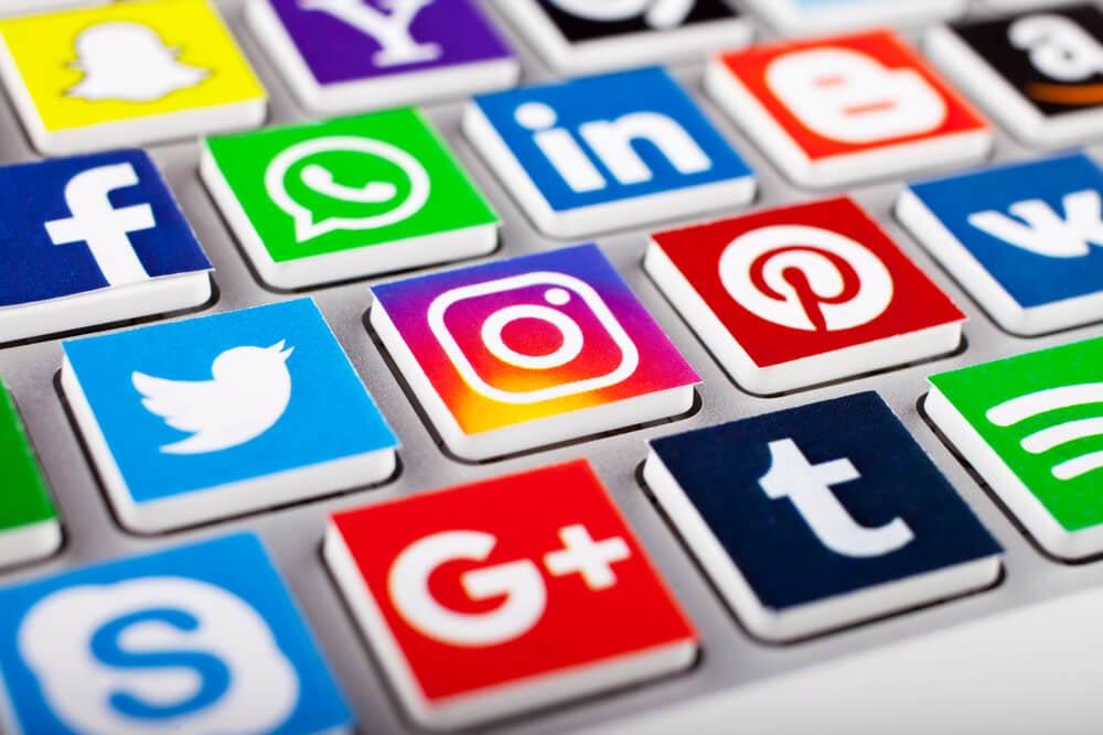 icones de redes sociais em teclado de computador