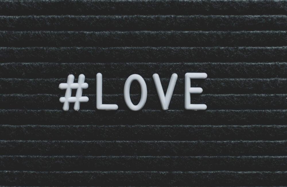 ilustraçao de hashtag com a palavra love