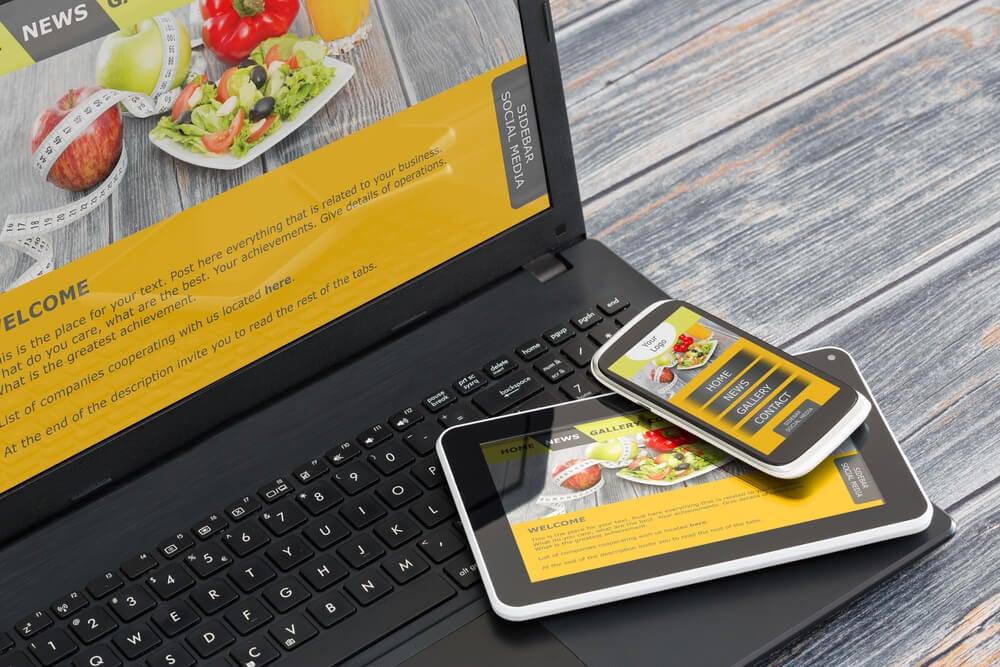 laptop tablet e smartphone com identidades visuais de marca