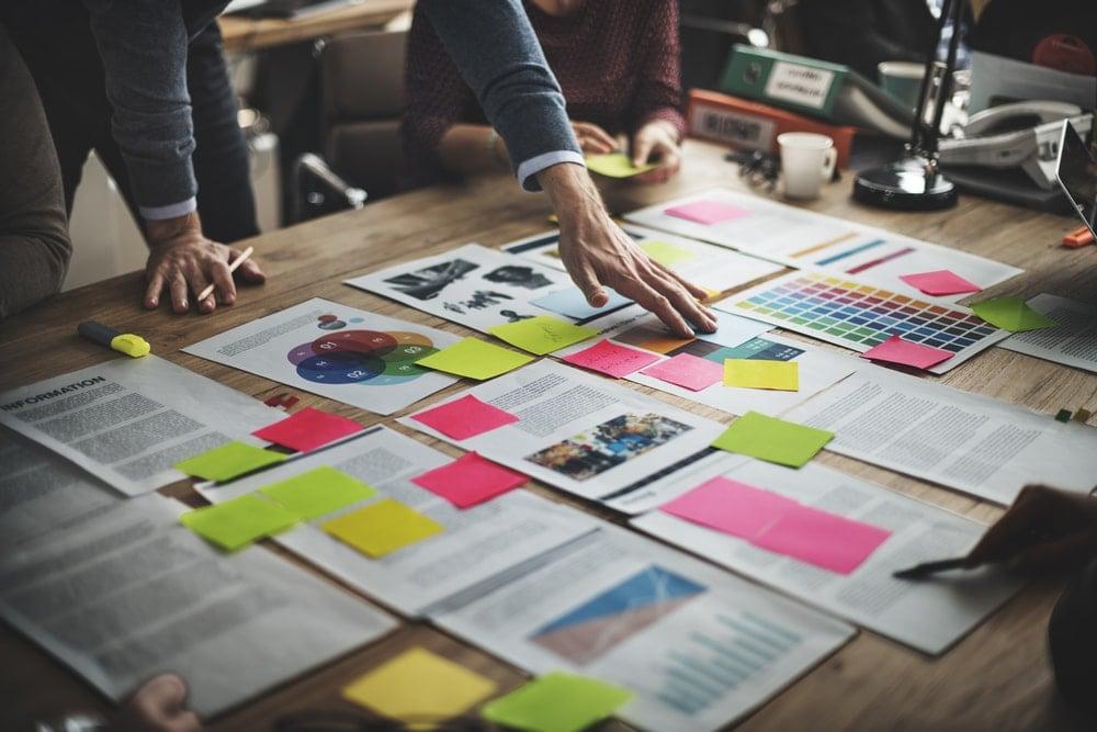 mesa com ideias e anotações criativas