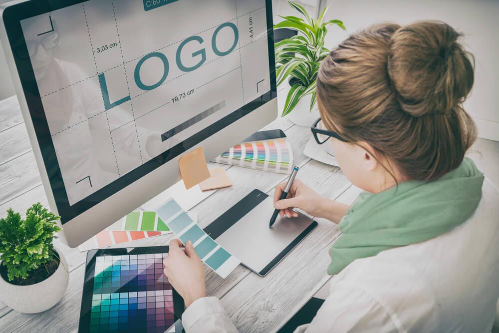 mulher profissional na área de criação de identidade visual e logomarca