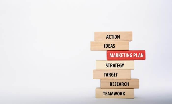peças de madeira entituladas com termos relacionados a marketing
