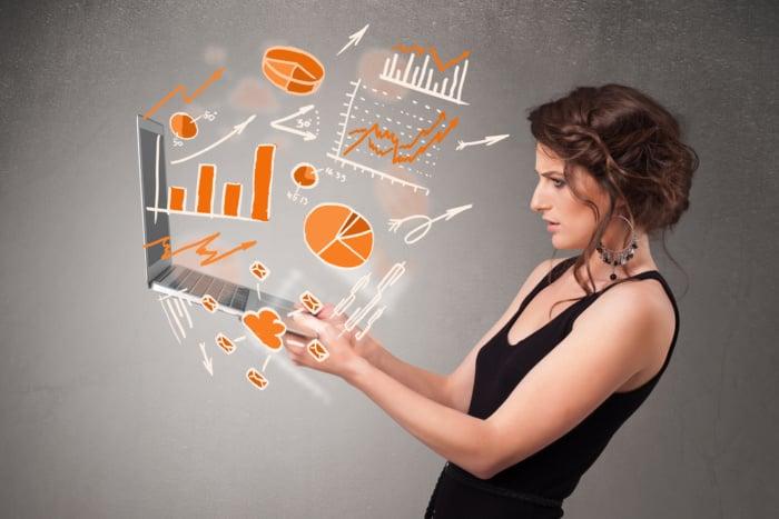 profissional analista de marketing segurando laptop