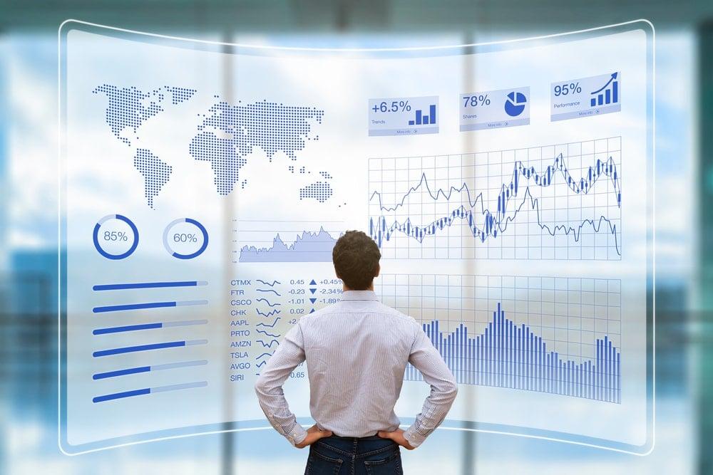 profissional em frente de gráficos de tendências de negócio