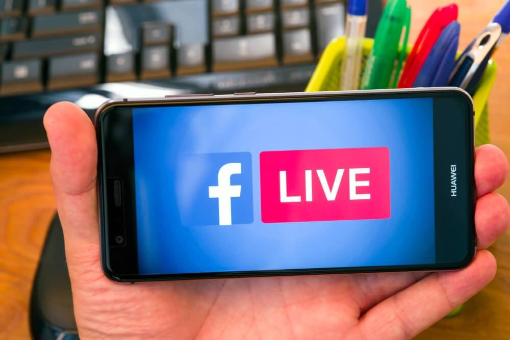 smartphone acessando live no aplicativo mobile facebook