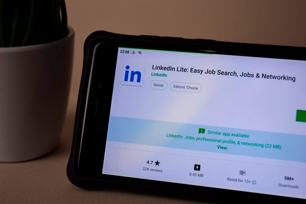 tablet mostrando icone do aplicativo linkedln