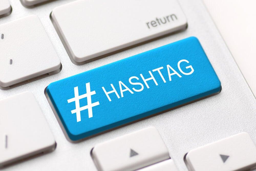 tecla do teclado em azul com a palavra hashtag