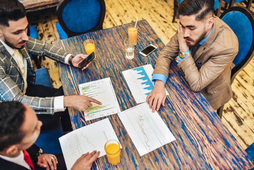 trio de profissionais discutindo osbre planejamento estratégico