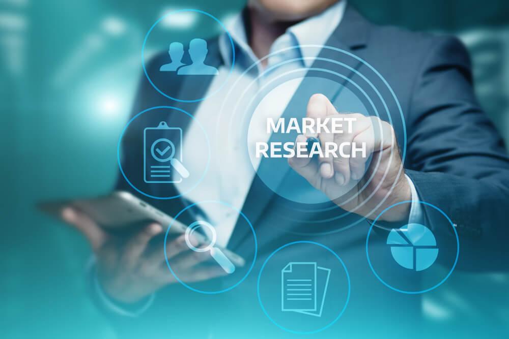 profissional assinalando título entre símbolos Pesquisa de mercado