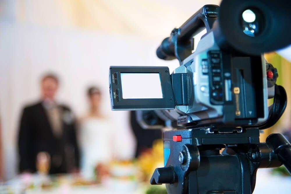 camera focando em atores no fundo do cenario