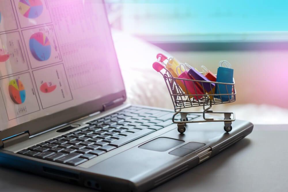 carrinho de compras sob laptop