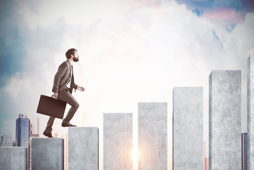 homem subindo em ilustraçao de plataformas demonstrando aumento de desempenho