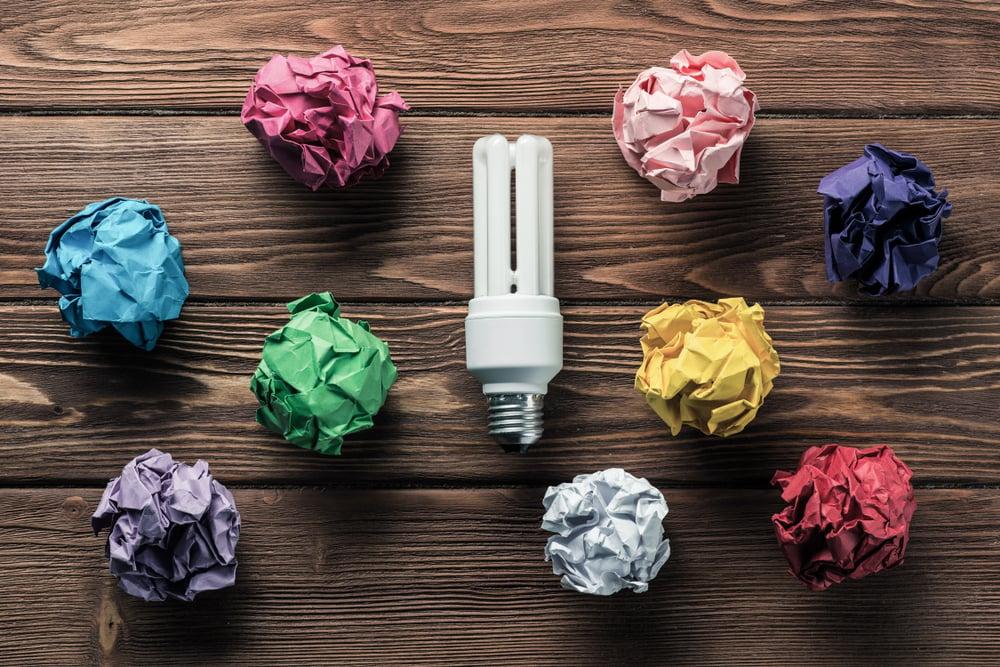 lâmpada e bolas de papel em cores diferentes