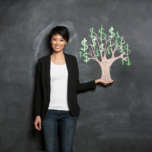 mulher e ilustração de árvores de dinheiro