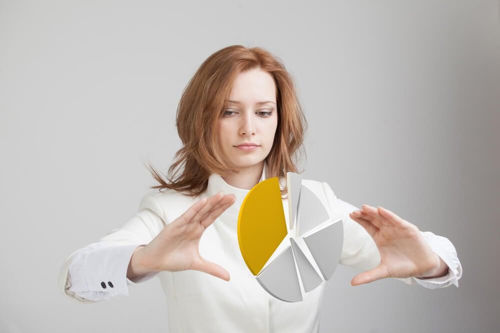mulher profissional dividindo peça em porções