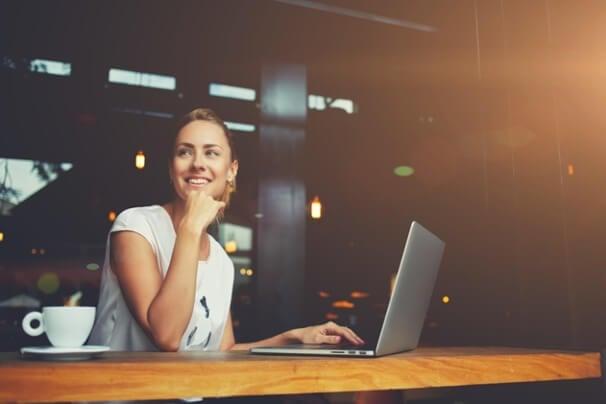 mulher profissional em frente a laptop em local informal