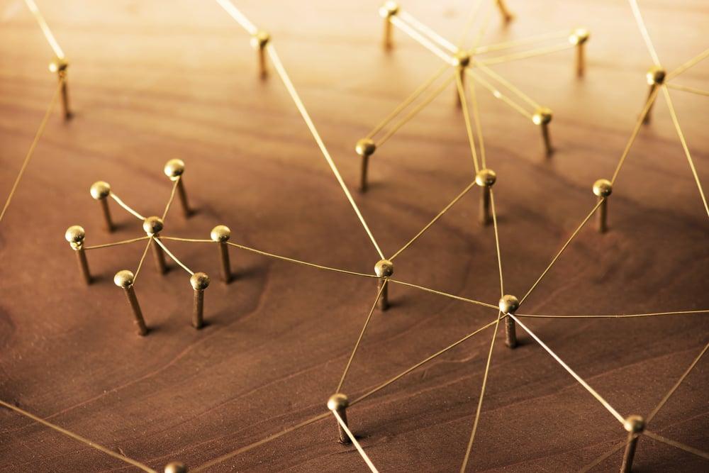 peças interligadas por linha formando rede