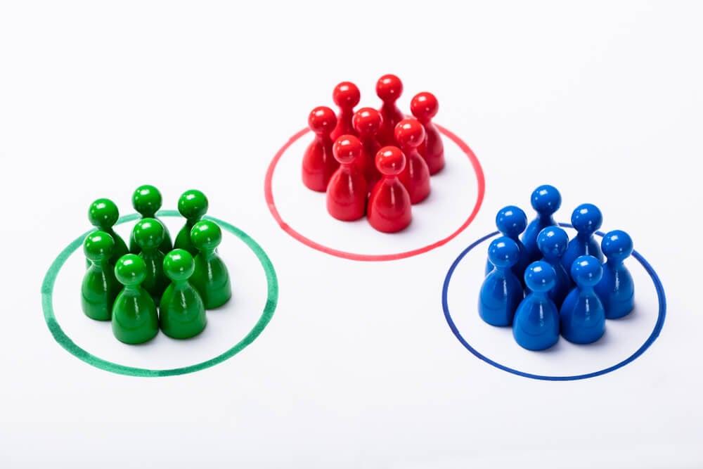 peões divididos em grupos de cores representando segmentação de mercado