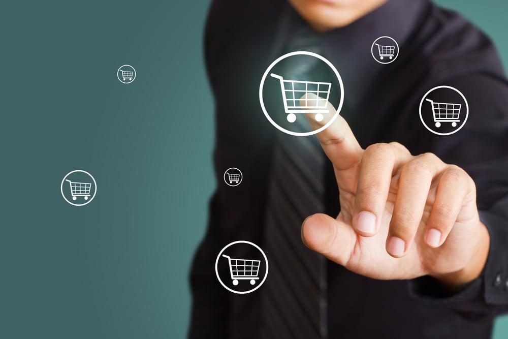 pessoa assinalando carrinho de compras representando vendas online