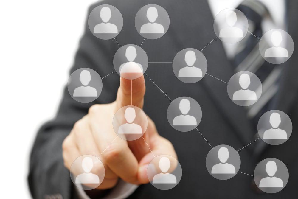 profissional assinalando rede de marketing