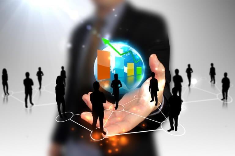 profisssional assinalando esquema e ilustração sobre marketing de rede