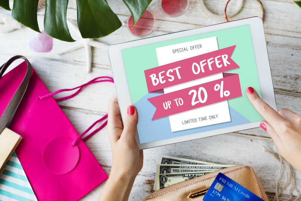tela de vendas online em tablet em mão de mulher