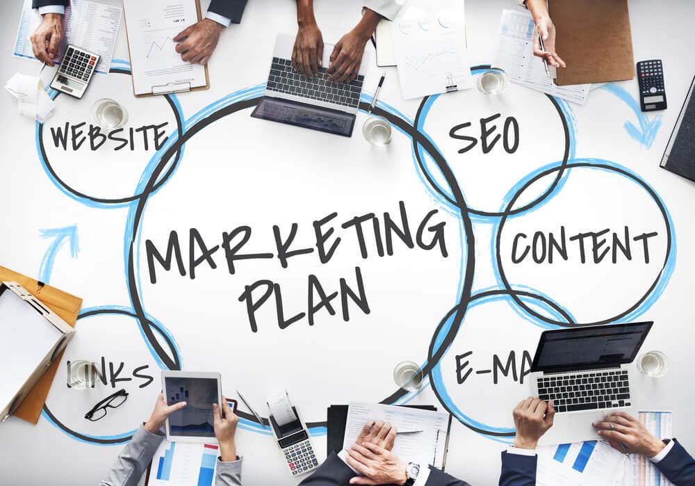 diferença da estratégia para o plano de marketing