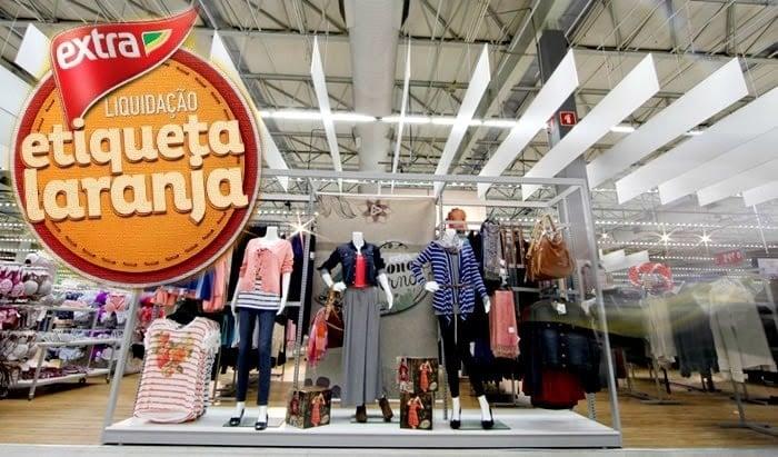 merchandising de roupas no extra