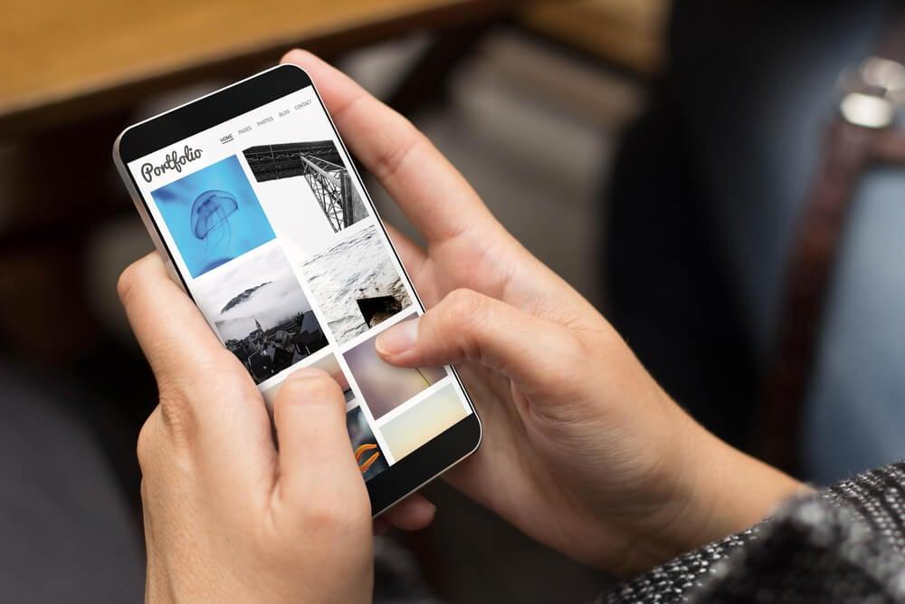 amartphone mostra página de portfólio online