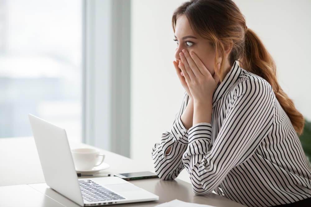 cliente emocionada sobre prooaganda na web