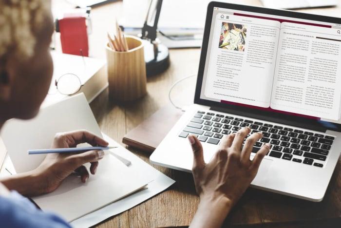 estudante lendo e-book livro digital como produto