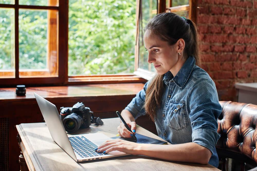 fotógrafa freelancer trabalhando em seu laptop